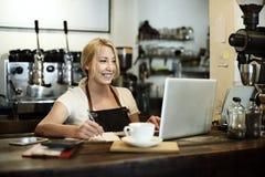 咖啡馆咖啡侍者职员服务自助食堂围裙概念 免版税图库摄影