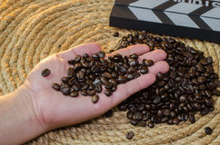 咖啡馆咖啡在手中在黄麻绳索 免版税库存图片