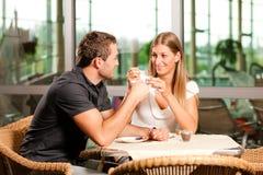 咖啡馆咖啡夫妇喝 免版税库存图片