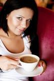 咖啡馆咖啡饮用的坐的妇女年轻人 免版税图库摄影