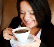 咖啡馆咖啡饮用的坐的妇女年轻人 免版税库存照片
