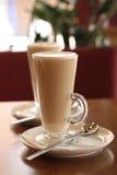 咖啡馆咖啡latte牌照匙子 库存图片
