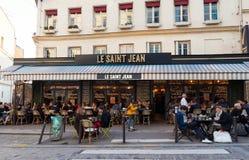 咖啡馆圣徒吉恩是在蒙马特,巴黎,法国的一个咖啡馆 库存图片