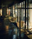 咖啡馆在晚上 免版税库存图片