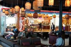 咖啡馆在杜拜机场的酋长管辖区终端3 免版税库存照片
