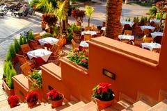 咖啡馆在棕榈树下 库存照片