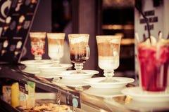 咖啡馆在玻璃的咖啡拿铁 免版税库存照片