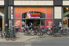 咖啡馆在Alexanderplatz的Dunkin油炸圈饼 库存照片
