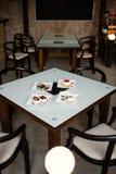 咖啡馆地方在焦点前景的 免版税图库摄影