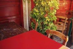 咖啡馆大阳台在小欧洲城市在晴朗的夏日 库存图片