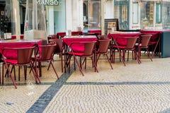 咖啡馆大阳台在西班牙语人聚居的区域女低音的pedestria区域或者上部镇,在里斯本 免版税库存图片