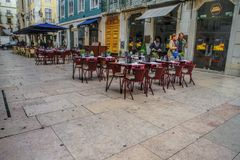 咖啡馆大阳台在西班牙语人聚居的区域女低音的pedestria区域或者上部镇,在里斯本 库存照片