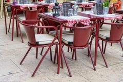 咖啡馆大阳台在西班牙语人聚居的区域女低音的pedestria区域或者上部镇,在里斯本 免版税库存照片