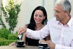 咖啡馆夫妇成熟 免版税库存照片