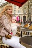 咖啡馆女儿她的母亲巴黎人街道 库存照片
