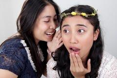 咖啡馆女孩坐闲话的instreet联系二个妇女年轻人 库存照片