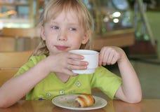 咖啡馆女孩 免版税库存图片