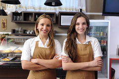 咖啡馆女服务员工作 免版税库存图片
