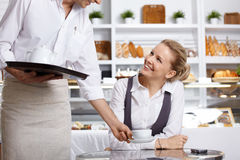 咖啡馆愉快的访客 免版税库存图片