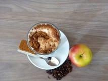 咖啡馆拿铁用桂香饼干和苹果 免版税库存照片