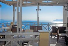 咖啡馆有在Santorini的破火山口视图 库存图片