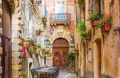 咖啡馆桌和椅子外面在老舒适街道在波西塔诺镇,意大利 免版税库存照片