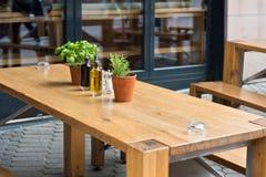 咖啡馆桌用草本和调味品 图库摄影