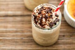 咖啡馆焦糖奶油冷的饮料 免版税库存图片