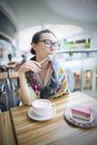 咖啡馆的一名妇女喝咖啡 图库摄影