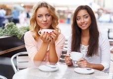 咖啡馆的两个女孩 库存照片