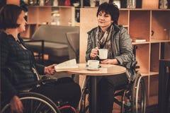 咖啡馆的两名完全挑战妇女 免版税库存图片