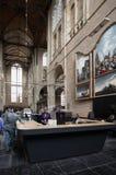 咖啡馆的人们在圣劳伦斯格罗特Kerk教会或伟大的教会里面在阿尔克马尔,荷兰 免版税库存图片