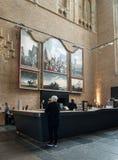 咖啡馆的人们在圣劳伦斯格罗特Kerk教会或伟大的教会里面在阿尔克马尔, 免版税库存照片