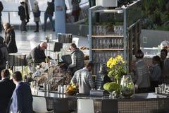 咖啡馆的人们在20 Fenchurch街上的携带无线电话大厦 免版税库存图片