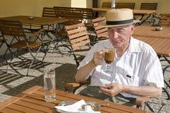 咖啡馆的前辈 免版税库存照片