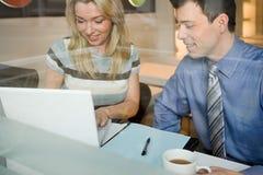 咖啡馆的同事与膝上型计算机 库存图片