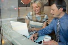 咖啡馆的同事 免版税库存图片