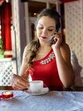 咖啡馆的哀伤的女孩 免版税库存照片