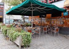 咖啡馆的夏天大阳台 免版税图库摄影