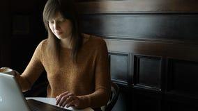 咖啡馆的女孩与膝上型计算机 股票录像