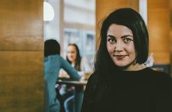 咖啡馆的女孩 免版税图库摄影