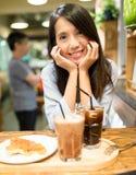 咖啡馆的妇女 库存照片