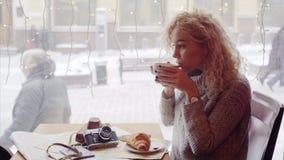 咖啡馆的妇女 影视素材