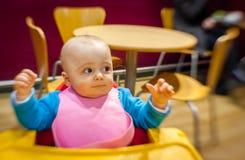咖啡馆的小男孩 免版税图库摄影