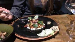 咖啡馆的年轻女人吃沙拉的 股票录像