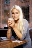 咖啡馆的微笑的女孩 库存照片