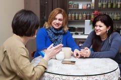 咖啡馆的成熟妇女 免版税库存图片
