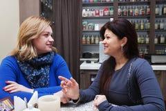 咖啡馆的成熟妇女 免版税库存照片