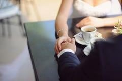 咖啡馆的新婚佳偶 库存照片