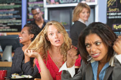 咖啡馆的疯狂的妇女 免版税库存照片